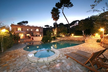 Villa for rent in Cap d'Antibes with 5 bedrooms, in 325 sqm of living area.