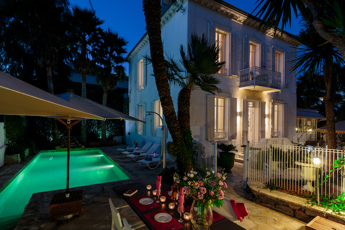 Villa for rent in Cap d'Antibes with 5 bedrooms, in 300 sqm of living area.