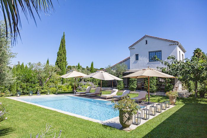 Villa for rent in Cap d'Antibes with 6 bedrooms, in 220 sqm of living area.