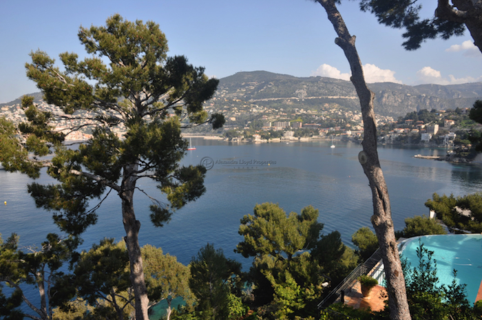 Villa for rent in Cap Ferrat - Villefranche with 4 bedrooms, in  sqm of living area.