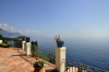 Villa for rent in Cap Ferrat - Villefranche with 5 bedrooms, in  sqm of living area.