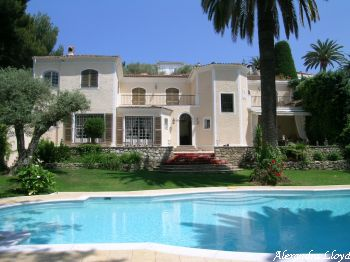 Villa for rent in Cap d'Antibes with 7 bedrooms, in 400 sqm of living area.