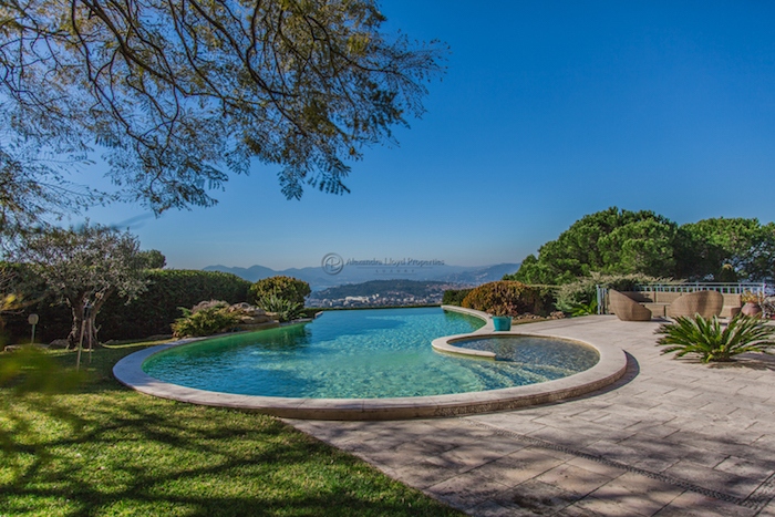 Villa for rent in Cannes - Super Cannes with 5 bedrooms, in 350 sqm of living area.