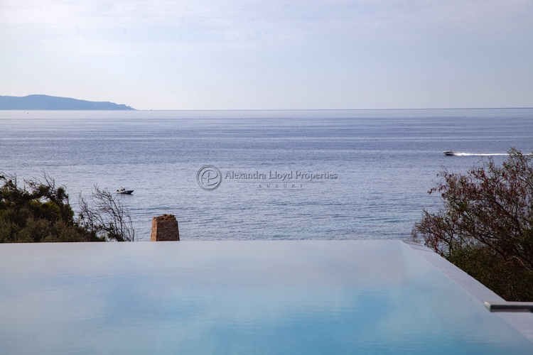 Villa for rent in CORSICA with 6 bedrooms, in 300 sqm of living area.