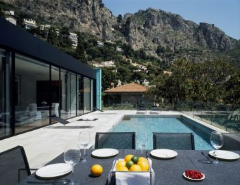 Villa for rent in Eze with 5 bedrooms, in 300 sqm of living area.