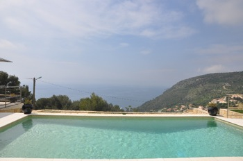 Villa for rent in Eze with 3 bedrooms, in 220 sqm of living area.