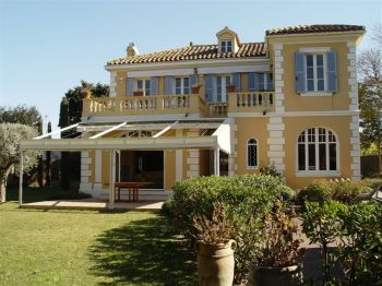 Villa for rent in St Tropez with 5 bedrooms, in  sqm of living area.