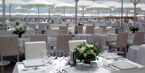 Tables at Club Les Palmiers