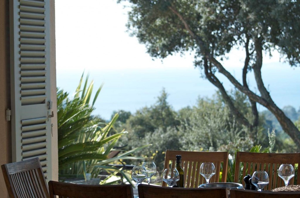 dining table and sea view - Domaine de la Vallée Gigaro